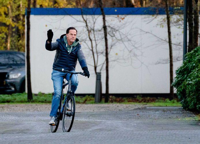 Premier Rutte komt zondagochtend aan bij het Catshuis in Den Haag.