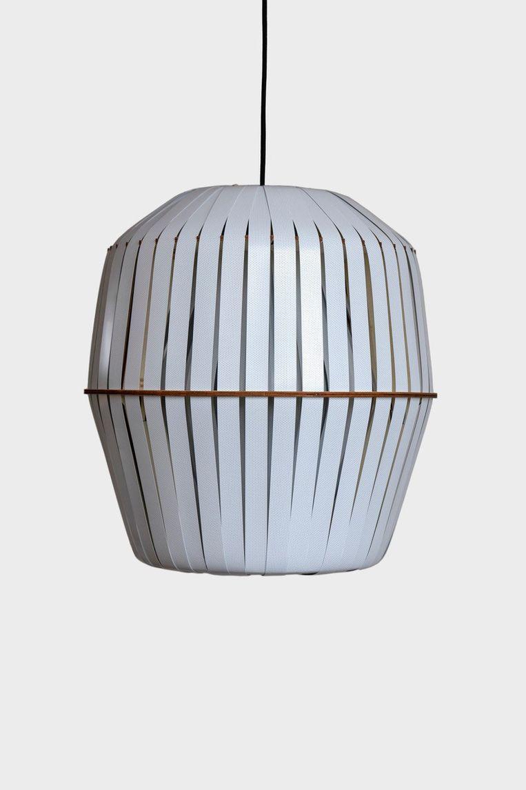 De 'Kiwi' is een ontwerp van House of Thol voor lampenmerk Ay Illuminate en wordt in Nederland gemaakt van oude jaloezieën, 60 cm hoog, € 750. houseofthol.nl Beeld .