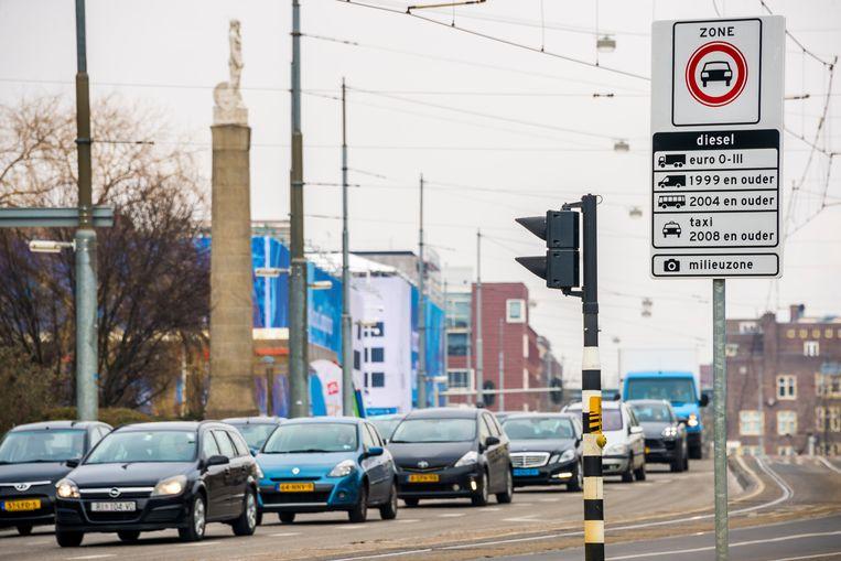 Een bord geeft de milieuzone in Amsterdam voor vrachtwagens, bestelvoertuigen, taxis en touringcars aan. Beeld ANP