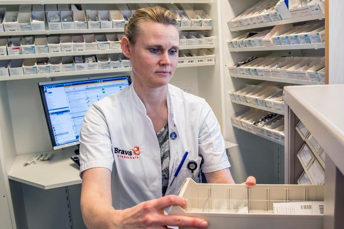 Apothekersassistent Marian Akker maakt medicatie gereed voor ziekenhuispatiënten van Bravis.