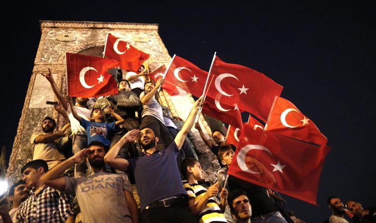 Supporters van president Erdogan tonen hun vaderlandsliefde na de mislukte coup in 2016.  Beeld EPA