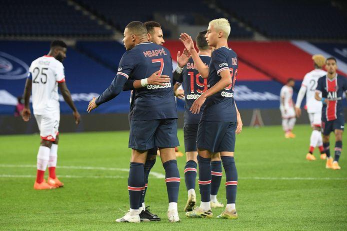 Kylian Mbappé wordt geknuffeld door Neymar.
