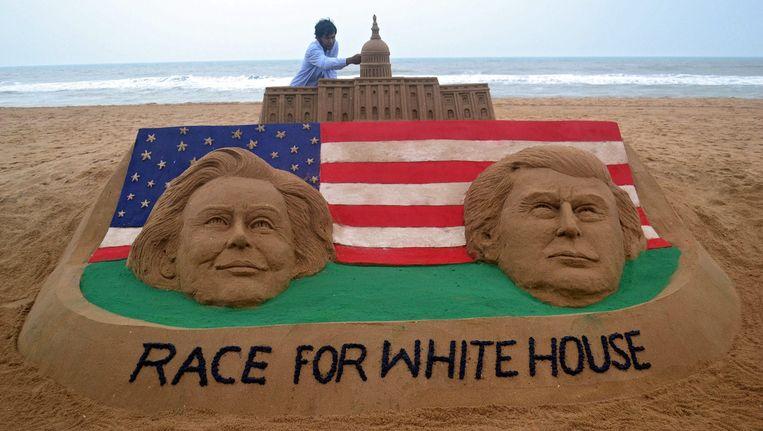 Een zandkunstenaar heeft de race naar het Witte Huis op het strand van het Indiase Orrisa verbeeld. Beeld null