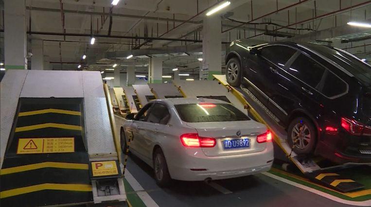 In China ging de eerste parkeergarage open waar auto's diagonaaal geparkeerd staan.