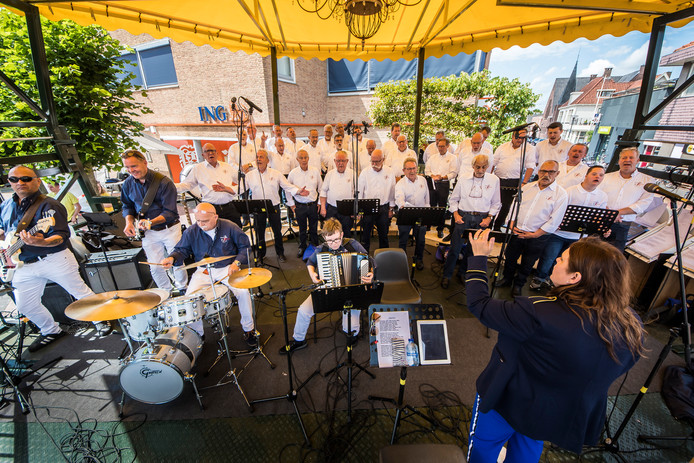Het Shantykoor Riessen gaf zaterdag een optreden voor eigen publiek.