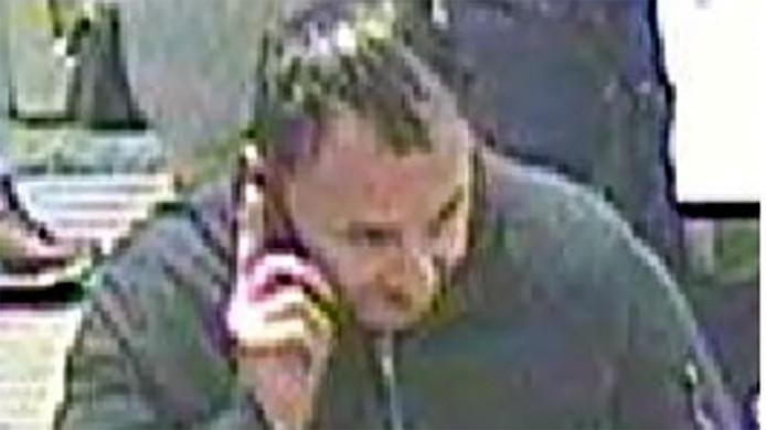 De Britse politie verspreidde deze foto van een man die ze graag wil horen over de diefstal.