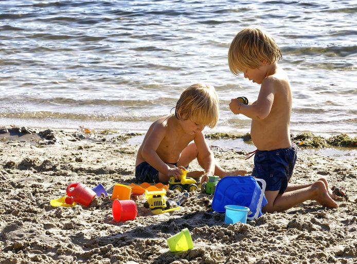 Spelende kinderen bij de IJzeren Man in Vught.