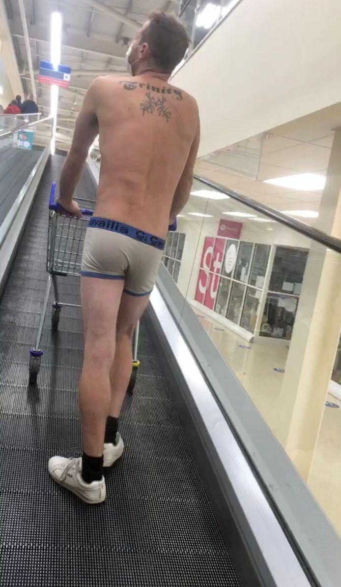 """Newport, Pays de Galles: un homme tente de faire ses courses en caleçon pour protester contre les nouvelles mesures régionales qui interdisent désormais l'achat d'articles """"non essentiels"""", comme les vêtements"""