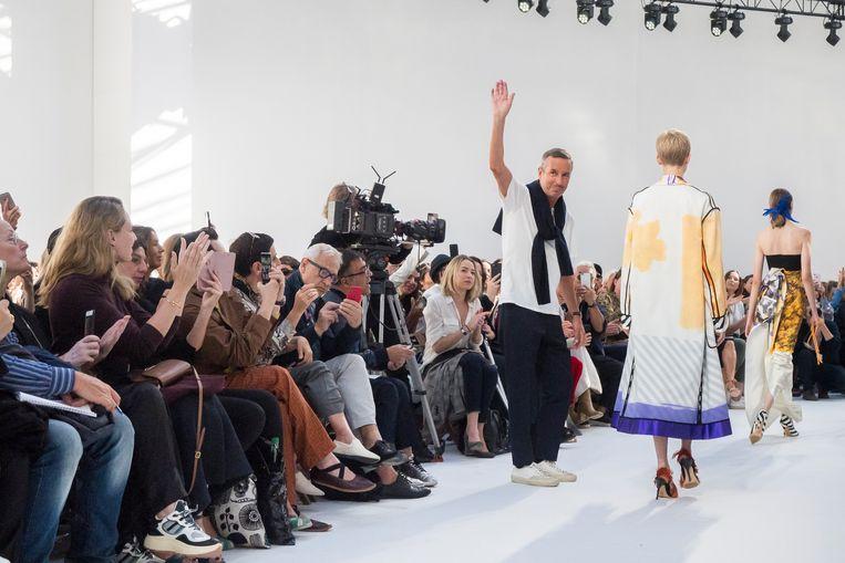 Dries Van Noten aan het eind van zijn show voor zomer 2019, getoond in Parijs in september 2018. Beeld Imaxtree