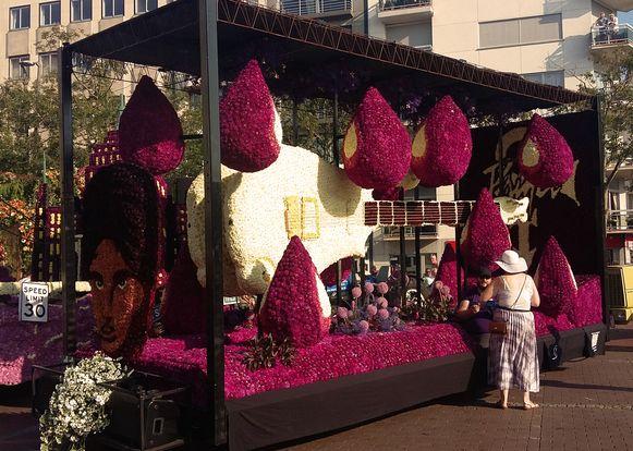 De praalwagen van de Sint-Niklase Corsogroep in Blankenberge, geïnspireerd op het nummer 'Purple rain' van Prince.