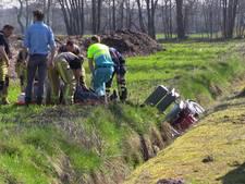 Brandweer moet man uit sloot halen na ongeluk met scootmobiel in Enschede