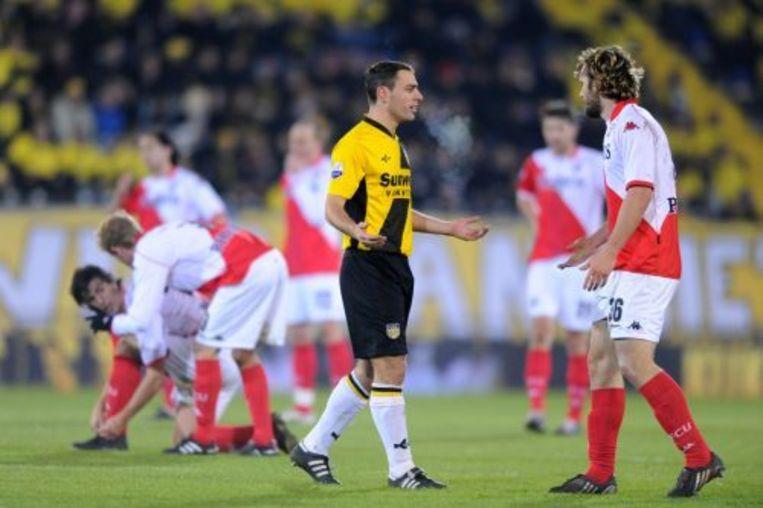 Anthony Lurling van NAC Breda verlaat het veld met een rode kaart tijdens de wedstrijd tegen FC Utrecht. Rechts Jacob Lensky van FC Utrecht. ANP Beeld