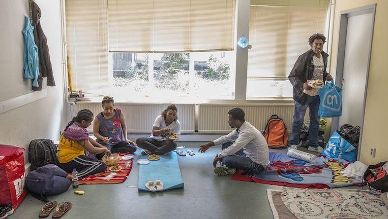 Asielzoekers in het gekraakte pand aan de Linnaeushof Beeld Amaury Miller