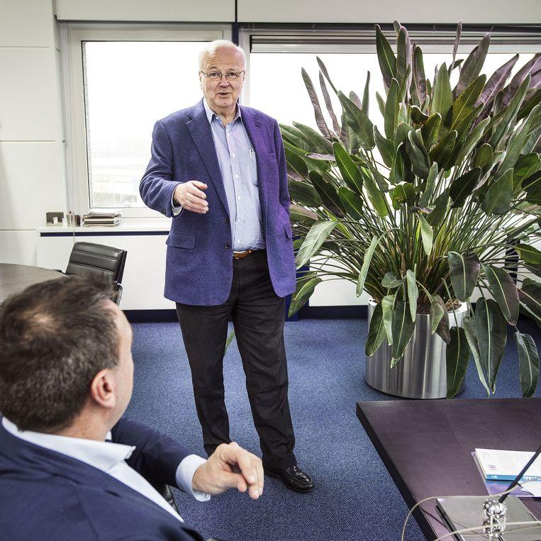 Chris Oomen in zijn kantoor in Schiedam: 'Ik ga geen discussie met jou aan, want ik weet er te veel van.' Beeld ftp