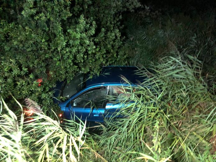 Deze auto met twee inzittenden raakte van de weg en belandde in de sloot.