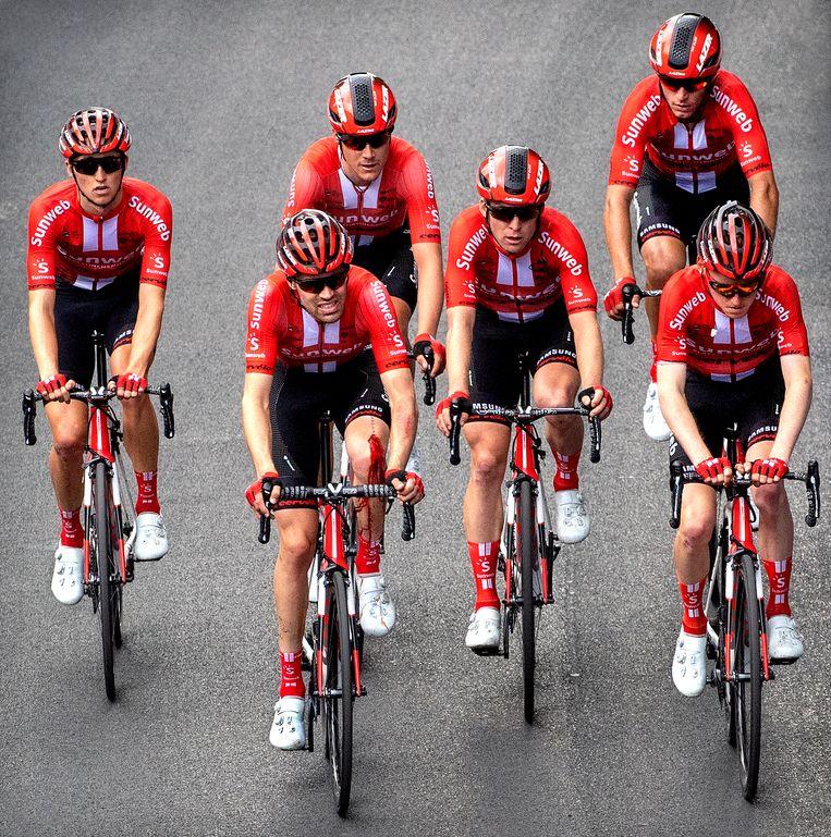 Tom Dumoulin ( 2e van links ) met een bebloede linker knie op weg naar de finish na een zware valpartij. Beeld Klaas Jan van der Weij