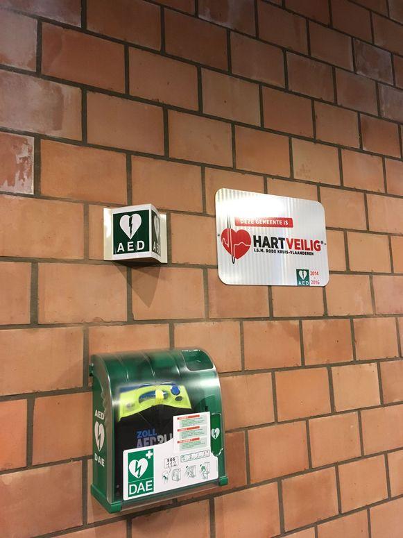 Dit is een voorbeeld van een  AED-toestel dat in een sporthal in de regio Brugge hangt.
