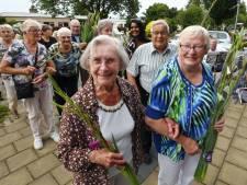 Ophemertse ouderen wandelen om fit te blijven