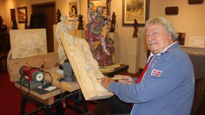 Enrico stelt voor het laatst zijn houtsculpturen tentoon