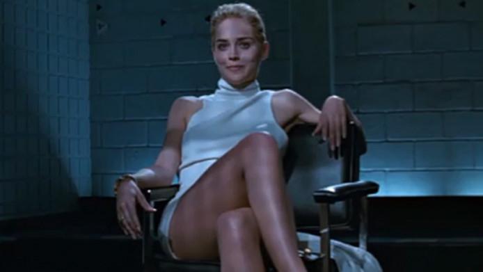 In de beroemde scene laat Stone zien dat ze geen ondergoed draagt.