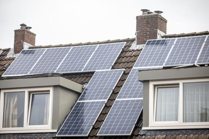 Burgers die zonnepanelen op het dak van hun woning leggen krijgen te maken met een hogere OZB-rekening.