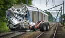 Bij een botsing tussen een trein en een tractor met oplegger op een onbewaakte spoorwegovergang is de machinist om het leven gekomen.