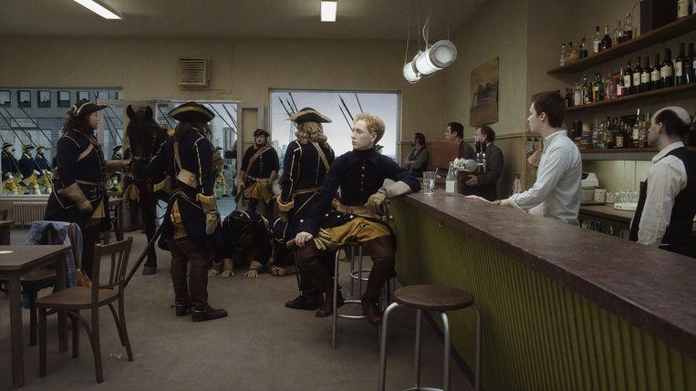 De Zweedse koning Karel XII komt te paard een hedendaagse kroeg binnen in 'A Pigeon Sat on a Branch Reflecting on Existence' Beeld Lumiére