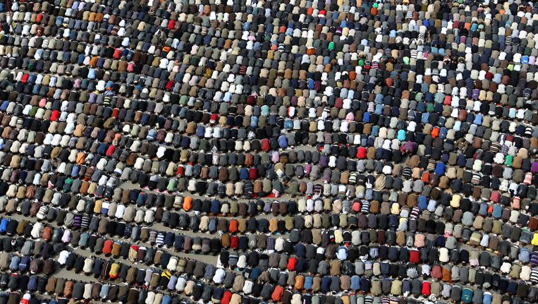 Duizenden demonstranten in gebed op het Tahrirplein in Cairo tijdens antiregeringsprotesten afgelopen februari. Beeld anp