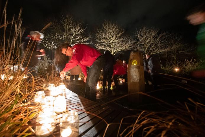 Elke tweede zondag van december is het Wereldlichtjesdag. Op deze dag steken mensen om 19.00 uur over de hele wereld kaarsjes aan ter nagedachtenis aan overleden kinderen. In Dronten gebeurt het dit jaar voor het eerst bij een nieuw monument voor het overleden kind.