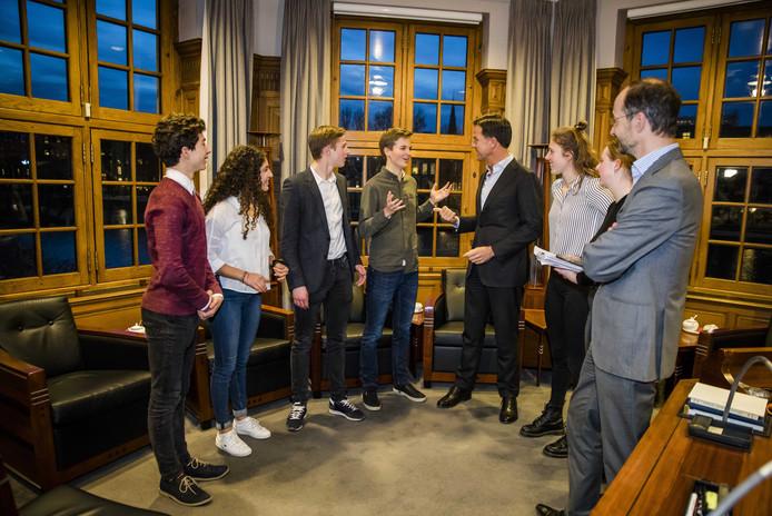 De scholieren in gesprek in het Torentje.