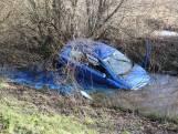Sloot kleurt blauw nadat oudere automobilist te water raakt