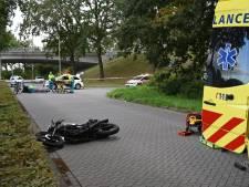 Motorrijder raakt zwaargewond aan hoofd bij aanrijding met fietser in Tilburg, motor ligt 40 meter verderop