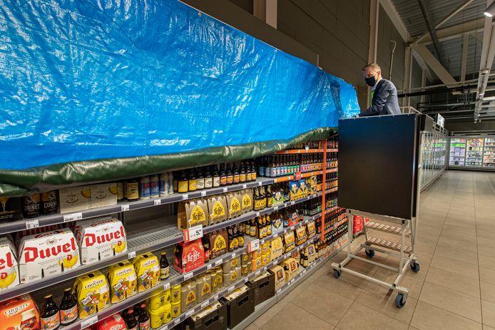 Albert Heijn-filiaalmanager Jasper Meijer sluit vanaf 20.00 uur de drankpaden bij de vestiging in het Stationskwartier in Kampen-Zuid.