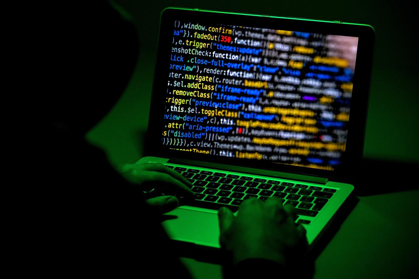De cybercriminelen kregen de drugs geleverd vanuit Nederland en werden ontmaskerd met behulp van een 'verrader'.