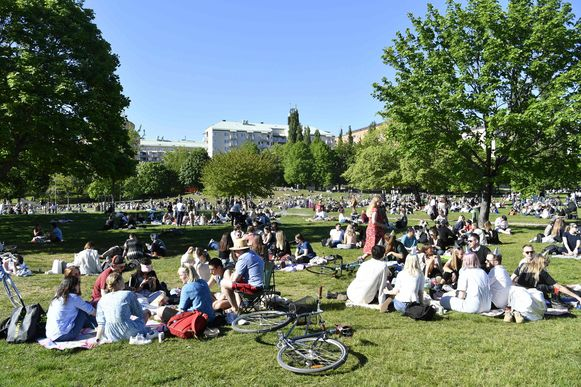 Het mooie weer de voorbije weken lokte ook in Zweden veel mensen naar de parken, zoals hier in het Tantolunden-park in Stockholm.