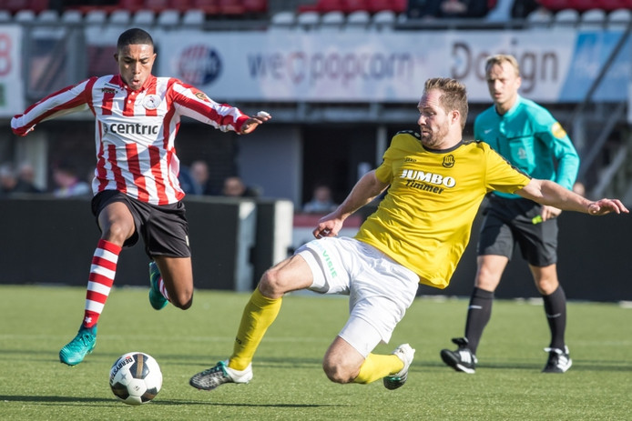 Jong Sparta-speler Deroy Duarte (links) in duel met FC Lienden-middenvelder Arjan Goorman.