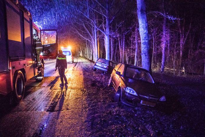 De twee auto's stonden zonder bestuurder in de berm naast de Zwolseweg in Ommen.