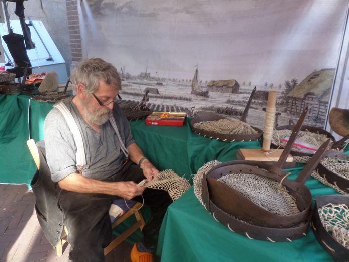 Kees Verkaik breidt netten voor baggerbeugels.