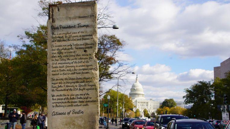 Het stuk van de muur met daarop een open brief arriveerde vandaag in Washington D.C.
