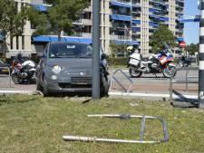 Twee auto's botsen in Breda, waarna een bestuurder een hekwerk ramt