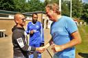 Arjen Ploeg, hoofdsponsor van Duno met zijn windmolenbedrijf DunoAir, schudt Wesley Sneijder de hand. Op de achtergrond Civard Sprockel, een van de oud-profs bij Duno.