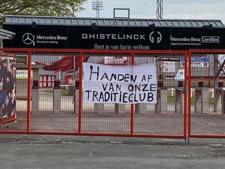 'Handen af van onze traditieclub'.