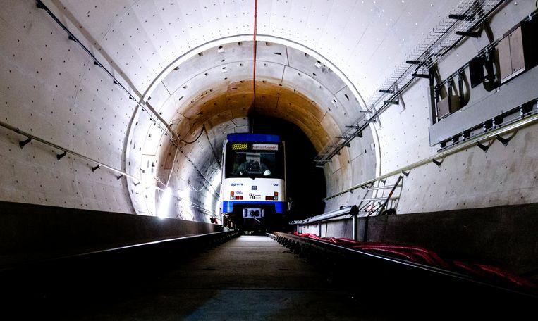 Een metro rijdt door de tunnel van de Noord-Zuidlijn. Beeld ANP