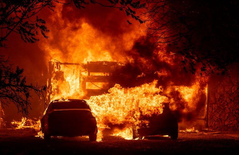 Een huis staat in brand in Vacaville, Californië, op 19 augustus. Beeld Hollandse Hoogte / AFP