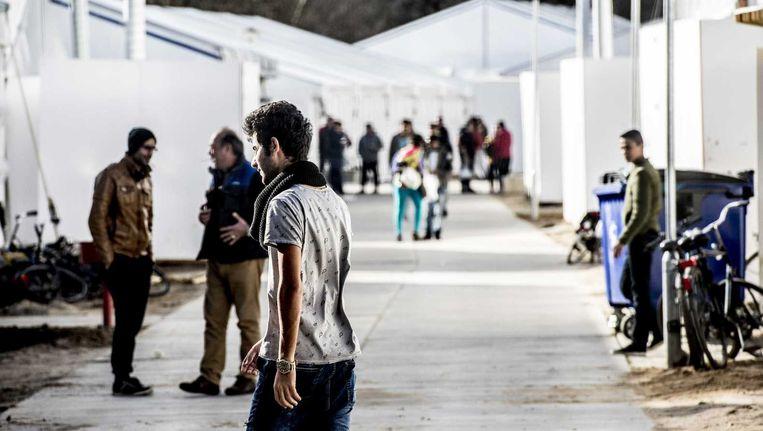 Vluchtelingen houden zich op bij tentenkamp Heumensoord, de tijdelijke noodopvang van het COA. Beeld anp