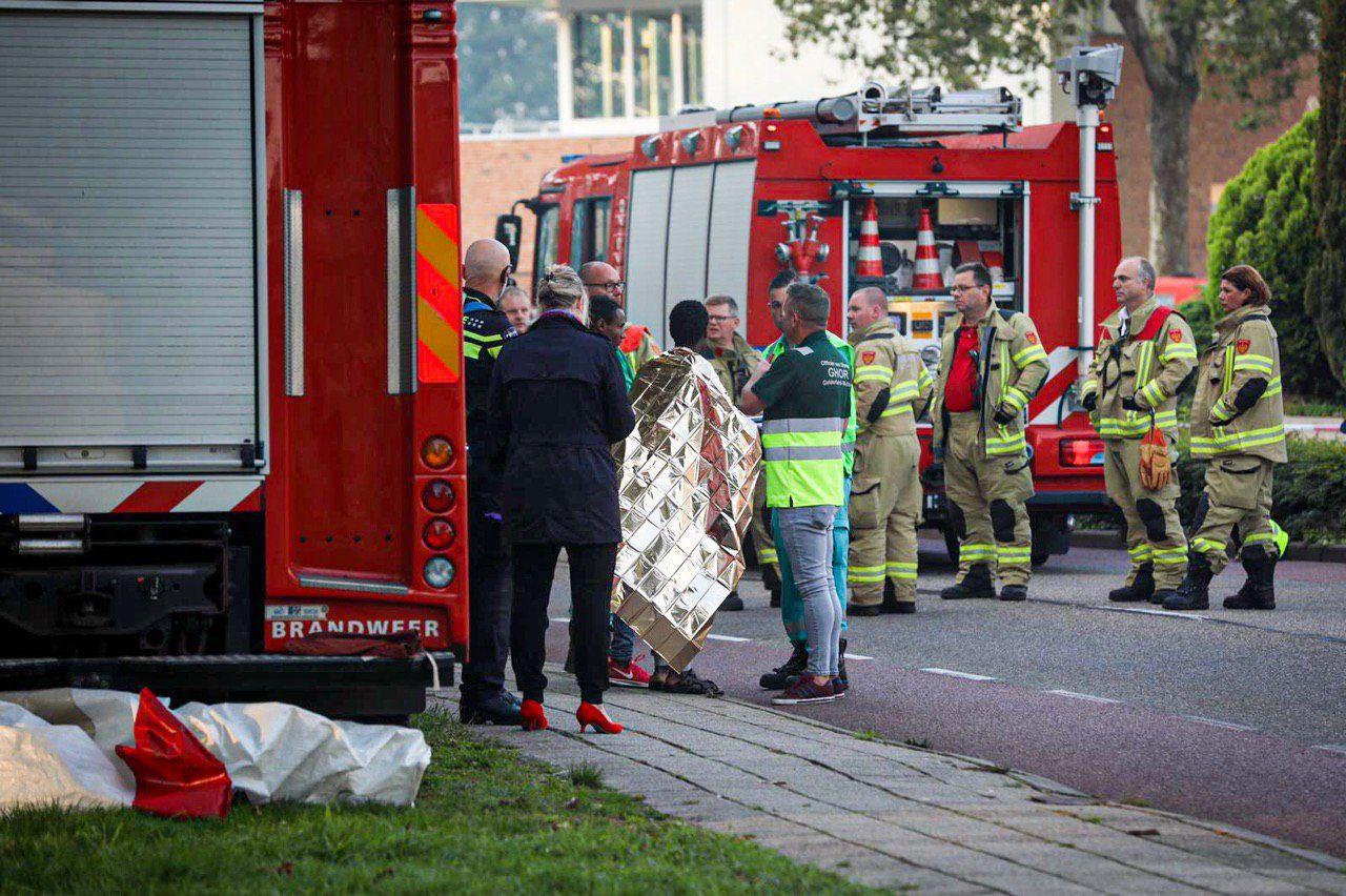 Een slachtoffer wordt opgevangen op straat.