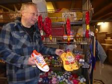 Rare jongens die Chinezen, ze kopen in de Keukenhof klompsouvenirs die in China worden gemaakt