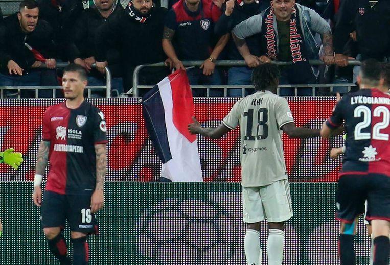 Speler van Juventus Moise Kean liep na zijn doelpunt tegen Cagliari naar een groep fans van de tegenstander die gedurende de wedstrijd oerwoudgeluiden lieten horen   Beeld null