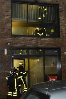 Brand in zorgflat, bewoners met ladders uit pand gehaald