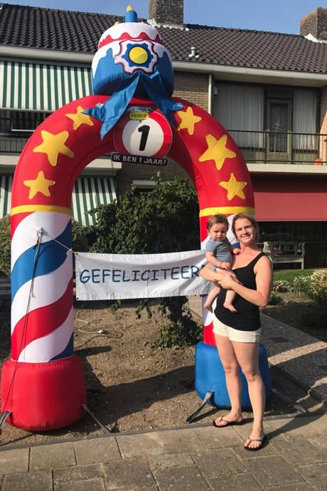 Metershoge feestpoort in Dubbeldam voor eerste verjaardag Elvio